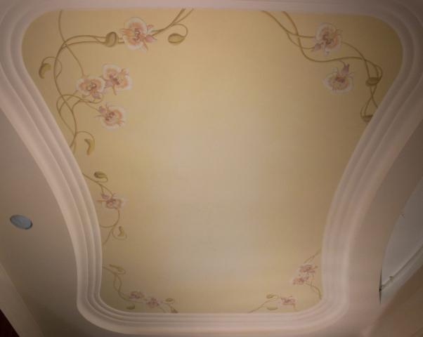 Евгений Щеглов ИРИСЫ И ОРХИДЕИ декоративная композиция на потолке спальни (съёмка осуществлена в момент окончания работы) акрил